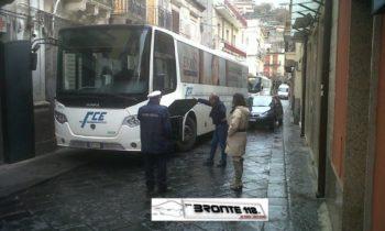 BRONTE: BUS BLOCCATO IN VIA UMBERTO, LE FOTO