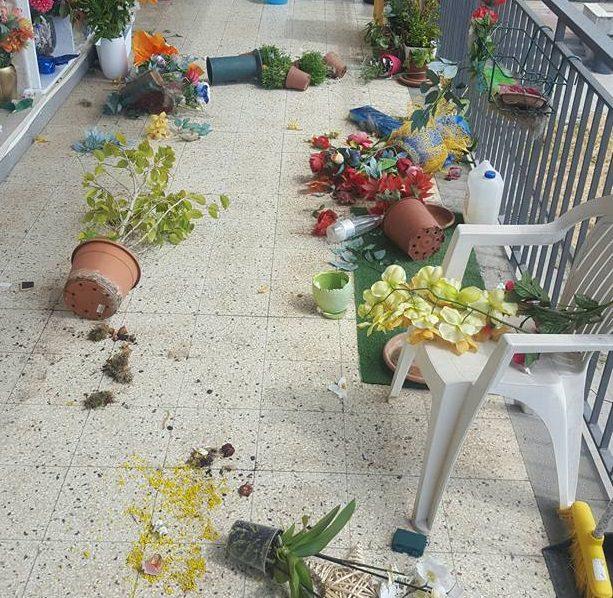 randazzo gettati a terra i fiori sulle tombe di due