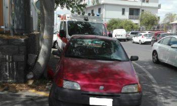 BRONTE: AUTO IN SOSTA BLOCCANO LE AMBULANZE